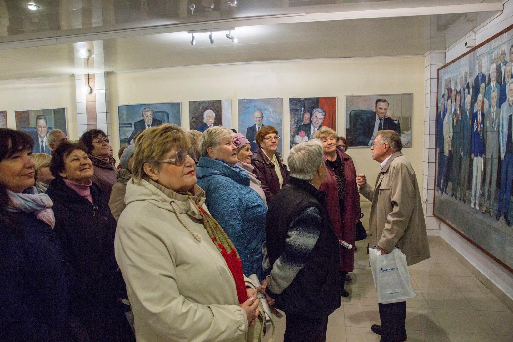 Ветераны ВАЗа на уникальной выставке живописи в автосалоне LADA