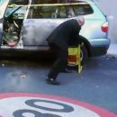 Видео: Дедушка голыми руками разделался с блокиратором колеса