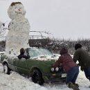 Видео: Сумасшедший британец прокатился со снеговиком в кабриолете