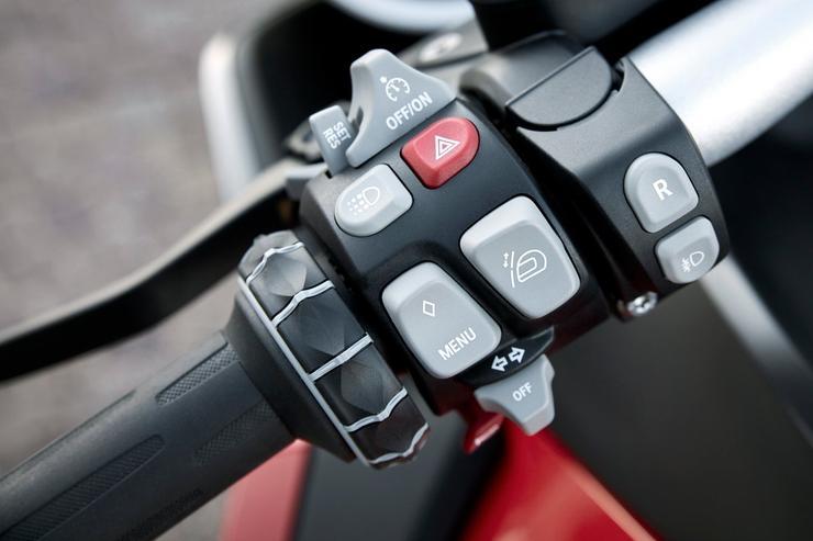 Задний ход – опция комфорта, которой больше всего обрадуются мотоциклистки.